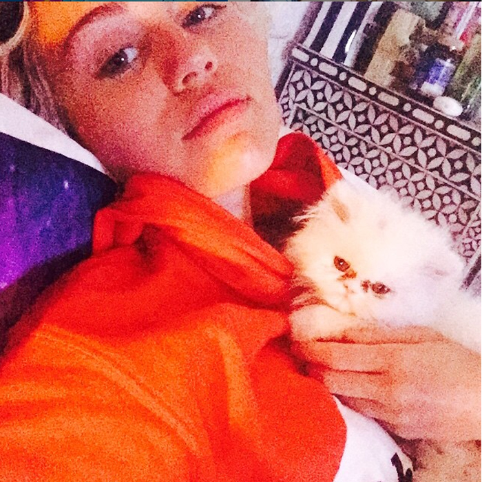 miley cyrus no makeup selfie